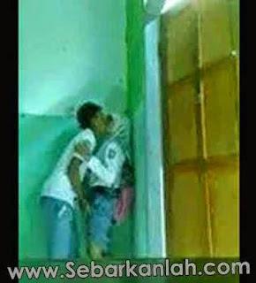 Foto Anak SMA Berjilbab Ciuman di Pojok Kelas, Tangan Cowoknya Ngapain tuh?