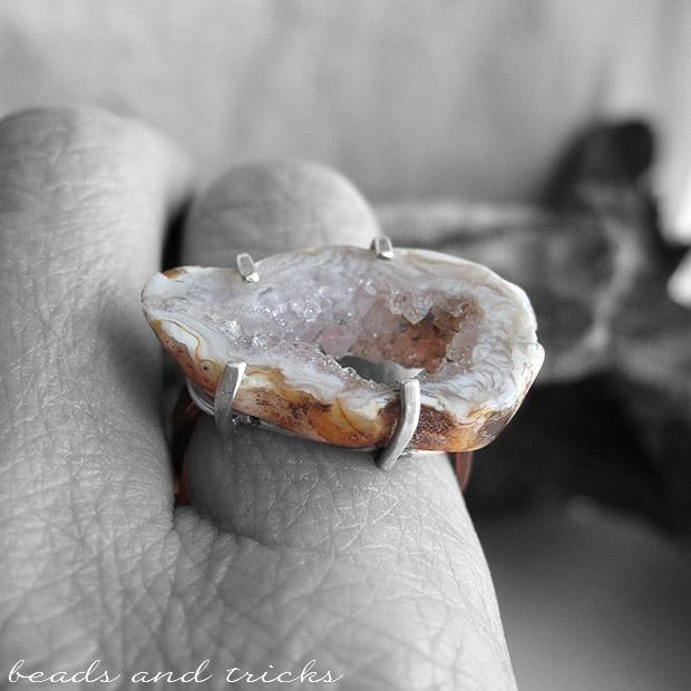 Anello con geode di agata montato a griffe in argento