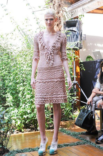 Платье Волна крючком с воротом рюшей с описанием