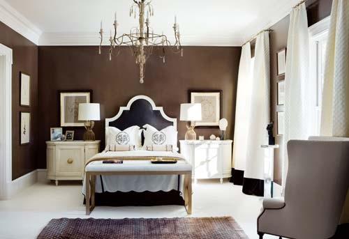 Hermoso dormitorio decorado con blanco y marrón chocolate Luce muy