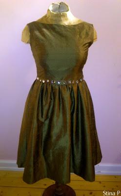 Klänning StinaP sidendupion guldgrön strass skärp