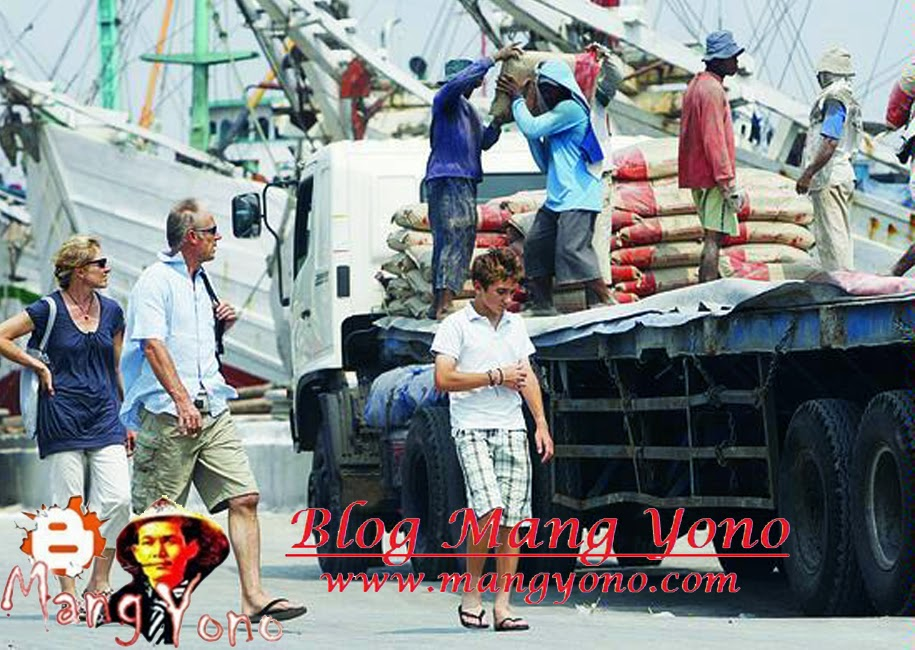 Bongkar - muat barang di Pelabuhan Sunda Kelapa.