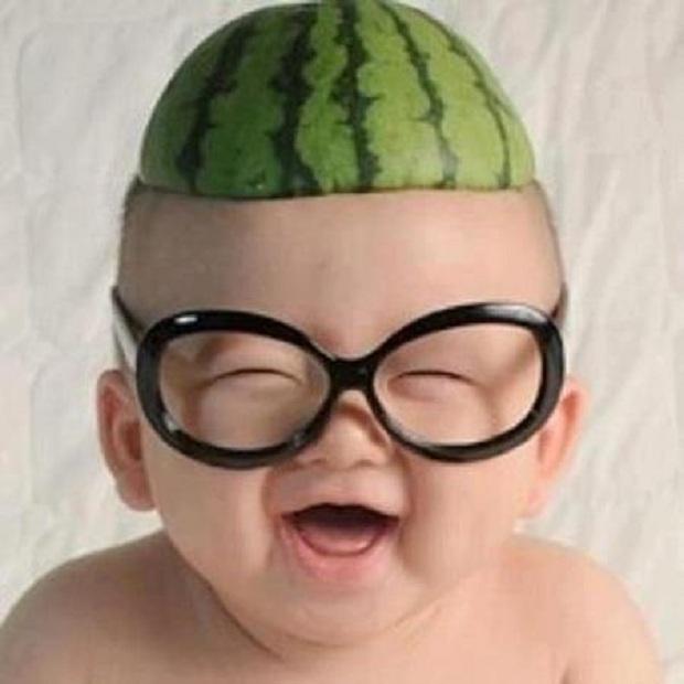 photo drôle d'un bébé mignon mort de rire