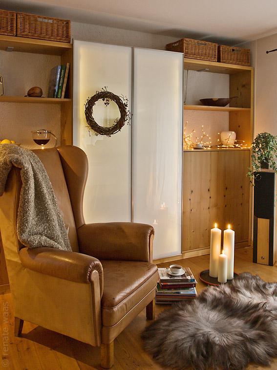 Nicht rustikal - aber ländlich ist die Stimmung in diesem Zuhause - unterstrichen durch den Einbauschrank aus Holz mit Glastüren und Beleuchtung
