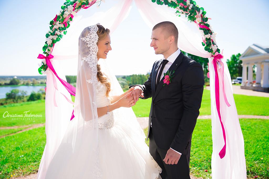 жених и невеста около арки