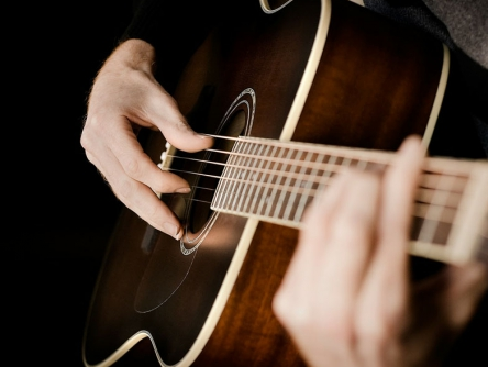 Cara Memetik Gitar yang Benar dalam Belajar Gitar Akustik Otodidak