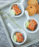 Dados de salmón con dip de wasabi
