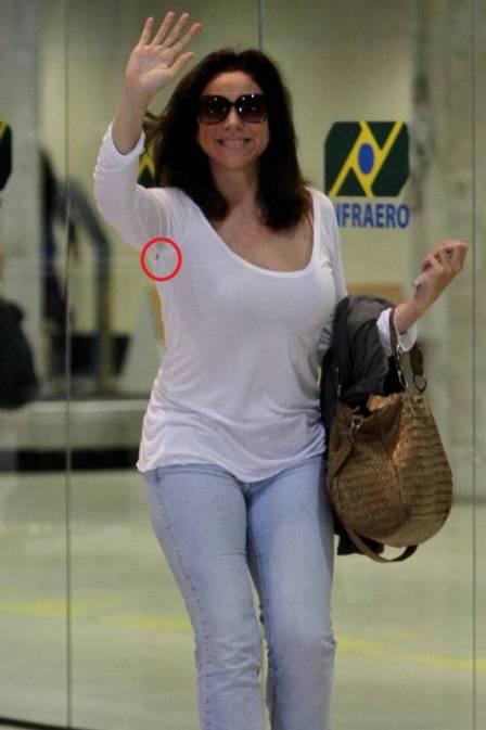 Sorridente, Marisa Orth é clicada com furinho na blusa; confira as fotos