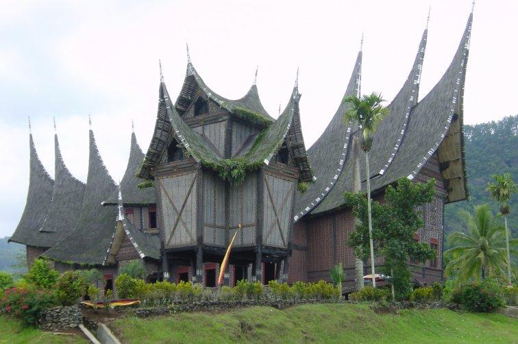 rumah adat minangkabau yang merupakan rumah tradisional dan banyak di