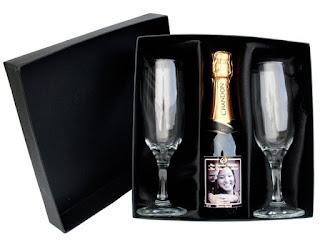 garrafa de vinho para entregar como convite de padrinhos de casamento