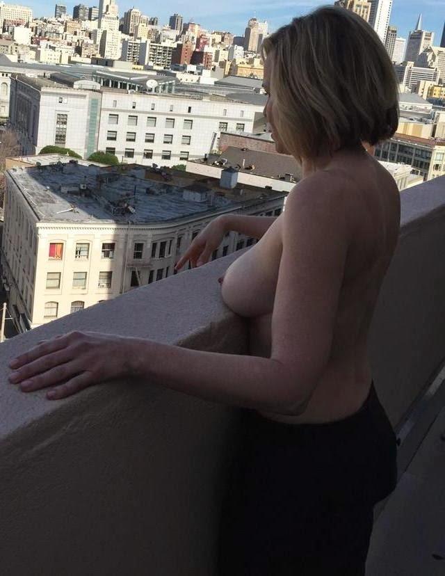 Chelsea Handler robando cámara con un nuevo topless