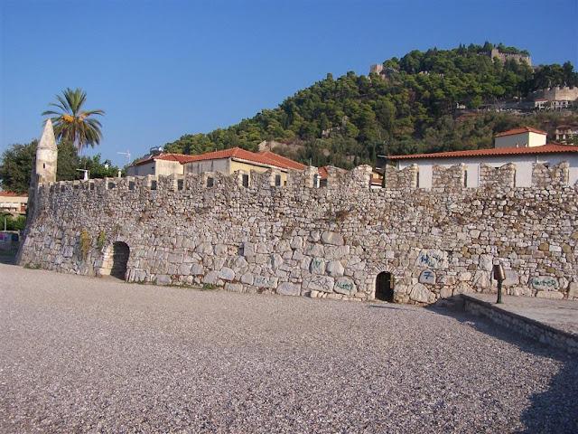 İnebahtı, önde limandaki kale ve Osmanlı dönemi camisinin minaresi; arkada ise tepedeki Venedik Kalesi
