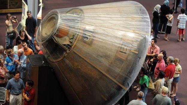 """WASHINGTON (EFE) — El millonario y fundador de Amazon, Jeff Bezos, anunció que encontró en el fondo del Océano Atlántico los motores del cohete de la misión Apollo 11 que puso al primer hombre en la Luna, e intentará recuperarlos. Bezos dijo que su equipo detectó con imágenes de sonar los motores F-1 que propulsaron el cohete de la misión que llevó a Neil Armstrong y Buzz Aldrin a la luna en 1969 y que, como parte de la primera fase del proyectil, cayeron al océano. """"Estoy emocionado al poder anunciar que utilizando nuestro propio sistema de sonar nuestro equipo"""