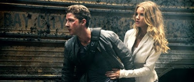 Sam Witwicky (Shia LaBeouf) et Carly Spencer (Rosie Huntington-Whiteley) dans Transformers 3 : La Face cachée de la Lune