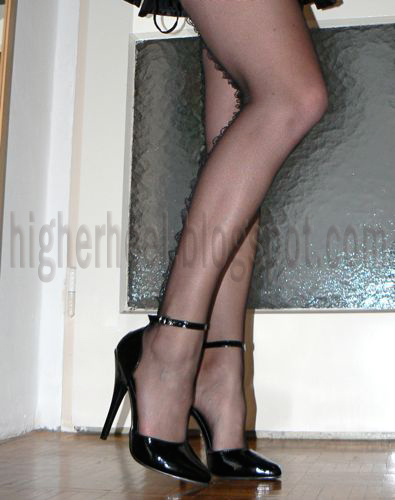 Slim legs, fishnet stockings and black pumps
