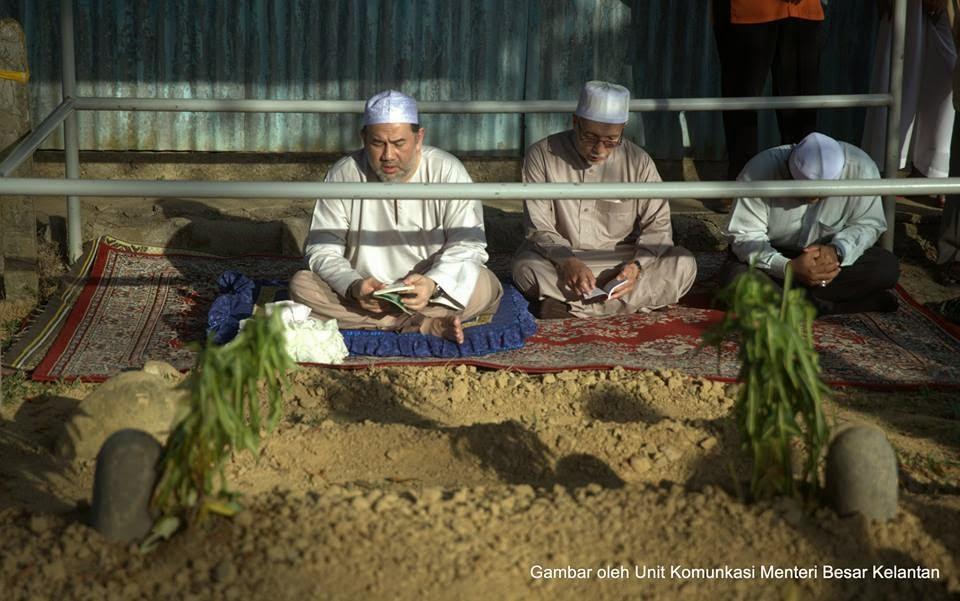 16 foto Sultan Kelantan ziarah pusara Tok Guru