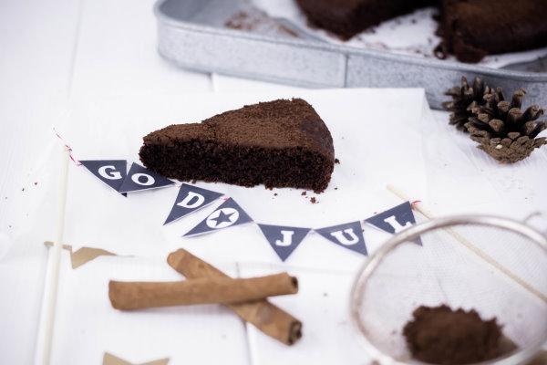 Selbstgebastelte Wimpelkette für Kuchen