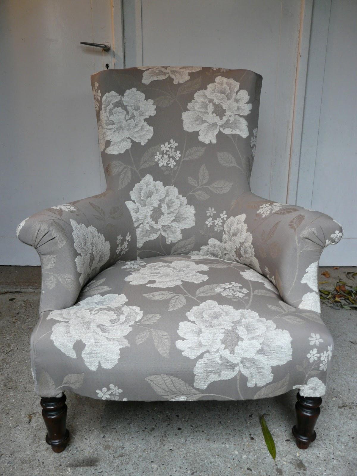 le siege dans tous ses etats fauteuil anglais et son pouf. Black Bedroom Furniture Sets. Home Design Ideas