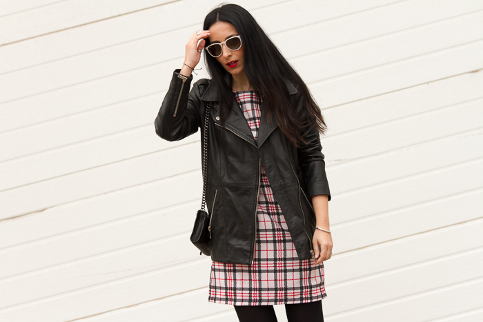 Vestido estampado de cuadros y chaqueta biker de cuero de Zara