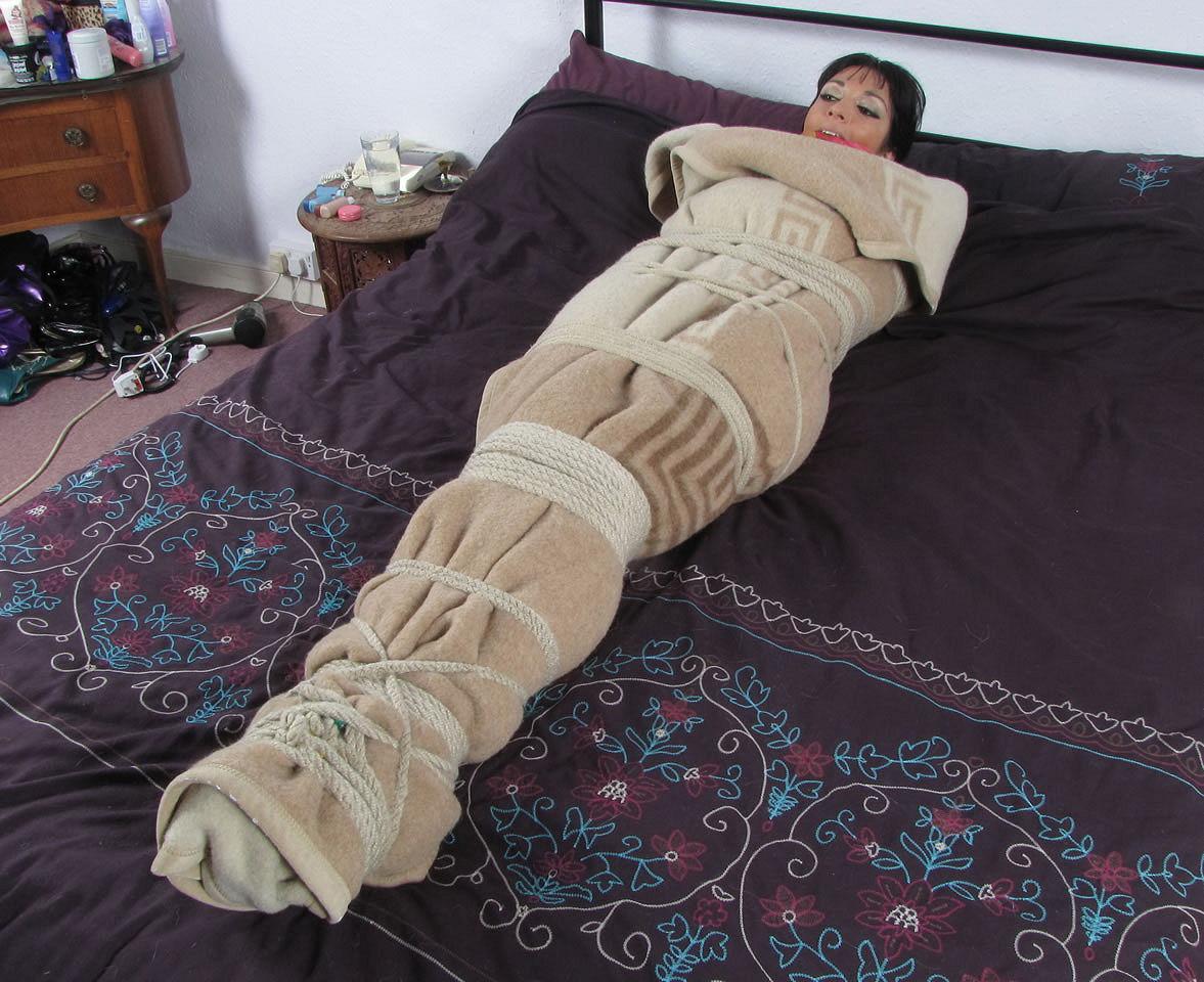 секс бдсм пеленание в одеяло