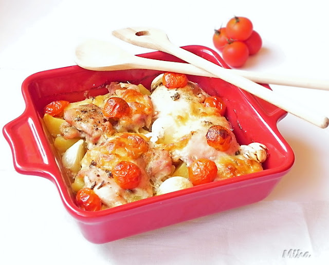Pulpe de pui cu cartofi si rosii la cuptor