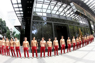 Abercrombie & Fitch's Store opens in Singapore by standing 40 Sexy Man in queue