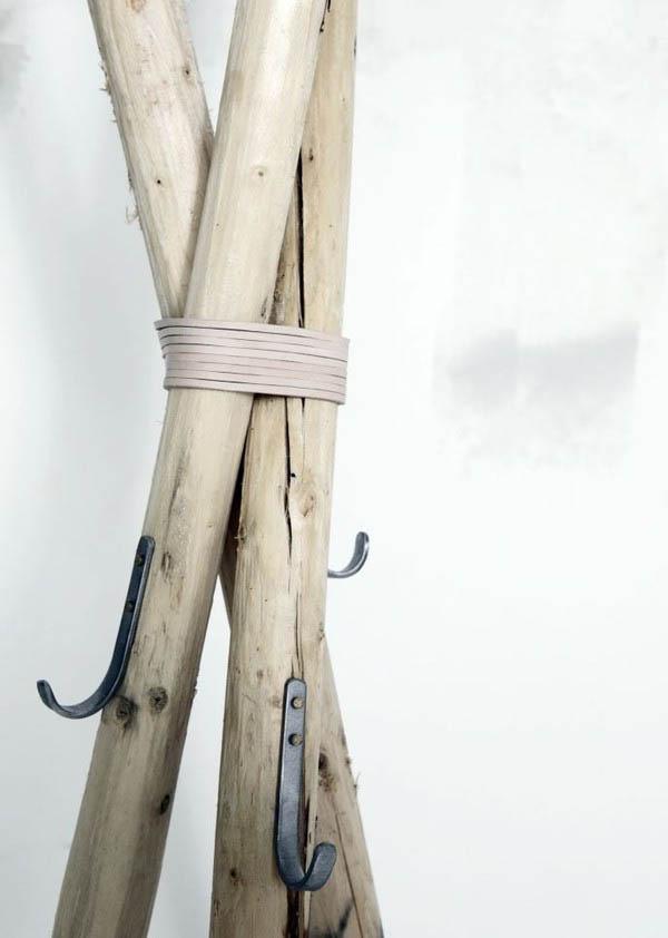 Detalle de percha rustica con postes  de madera