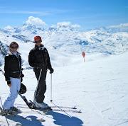 . térmico de Under Armour, chaqueta de esquí de Zerorh y gafas Oakley.