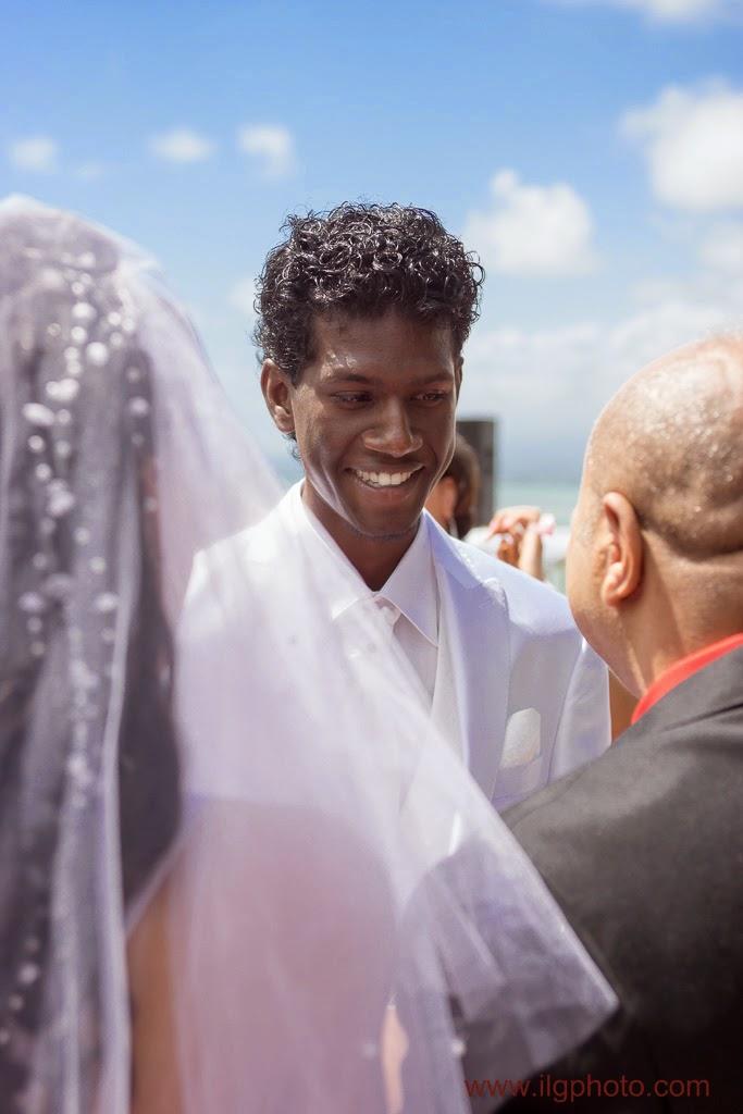 marié tout sourire devant sa femme