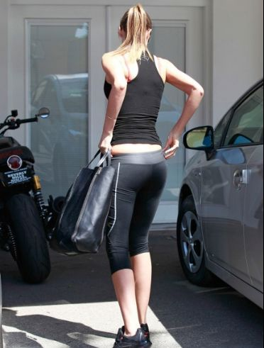 Jessica Alba in Yoga Pants