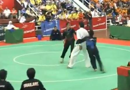 Rakaman video menunjukkan pesilat dari Indonesia menggunakan taktik ...