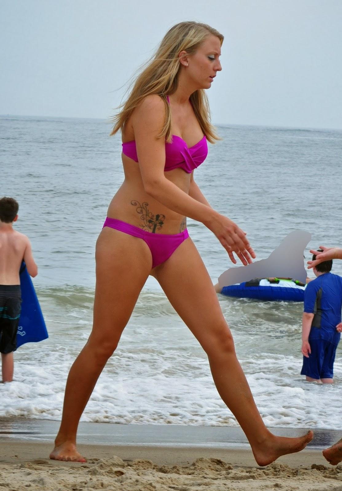 Rubia Culona Y Tetona Caminando En La Playa
