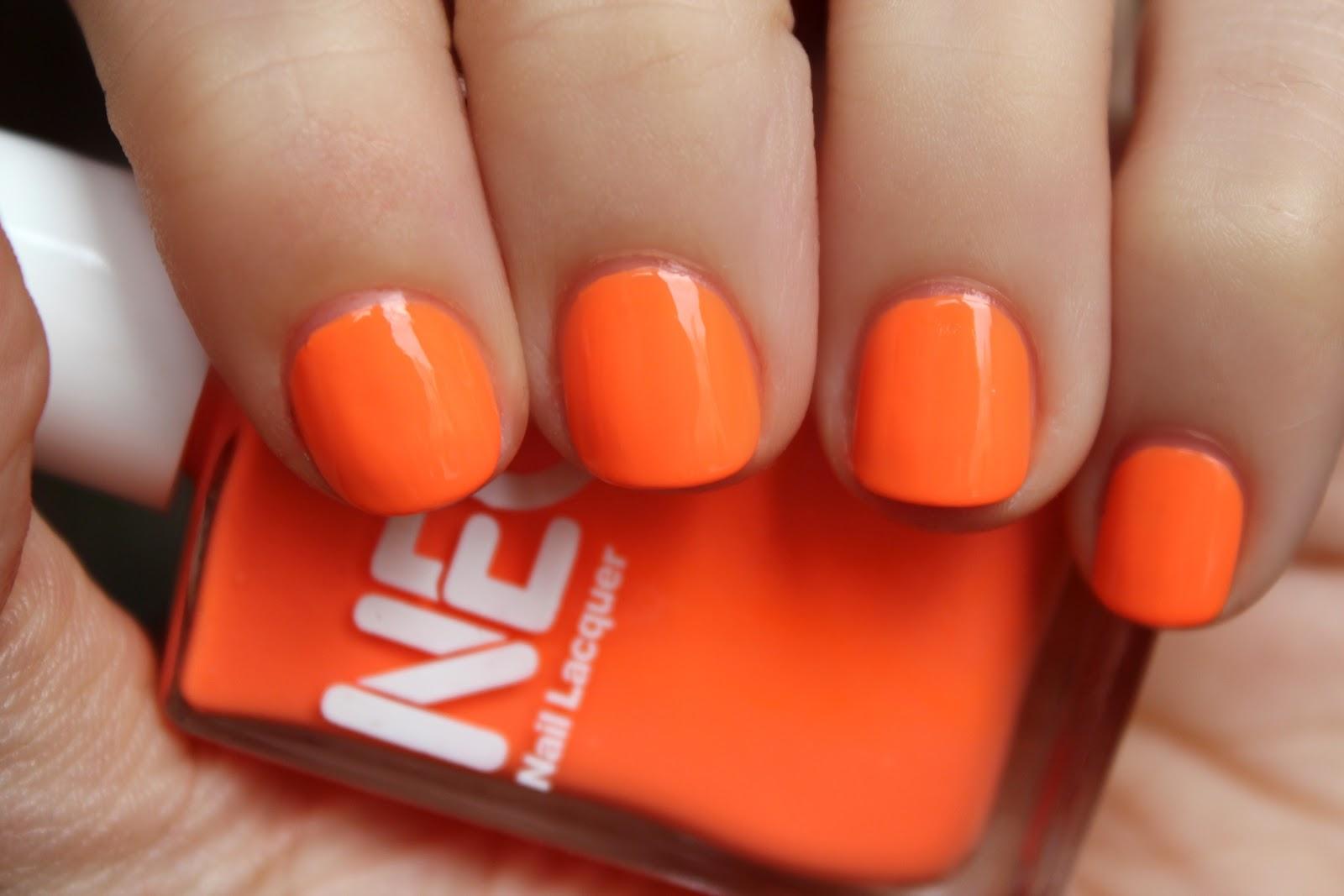 Оранжевое платье какой маникюр