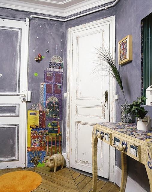 Komoda wyklejana, rysunki na ścianie, dodatki z recyklingu
