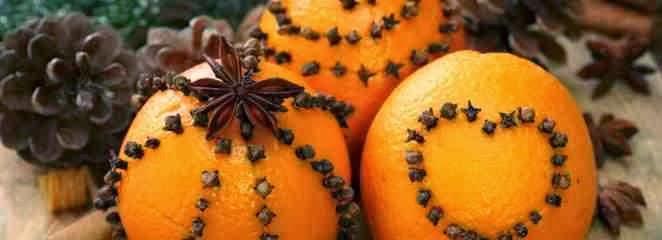 Świąteczna ozdoba z pomarańczy i goździków