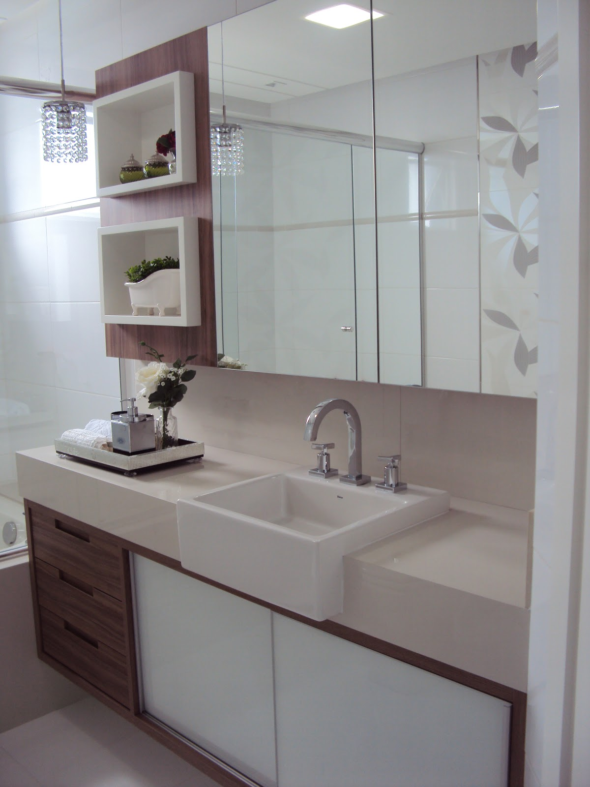 Já no banho do casal o balcão é todo fechado para acomodar toalhas  #3C2C2C 1200x1600 Arquitetura Banheiro Social
