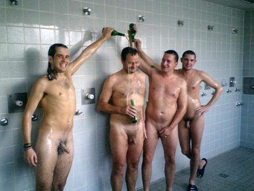 Une fille sexy filme nue dans le vestiaire