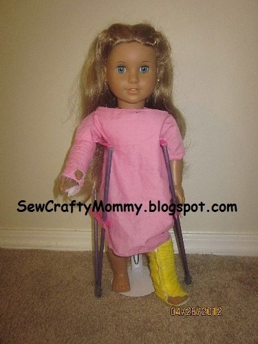 Doll Leg Cast http://sewcraftymommy.blogspot.com/2012/04/american-girl-feel-better-kit.html