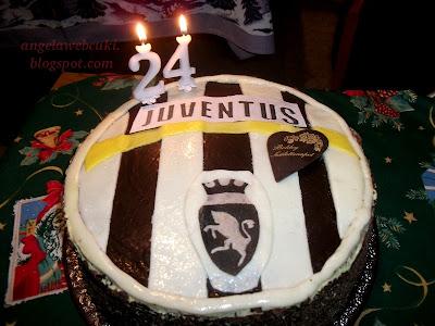 Juventus torta recept, csokoládé tésztás sütemény, marcipán masszával és csokoládéreszelékkel.