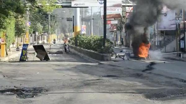 VIDEO – Líos por arreglos de calles en la UASD de SFM