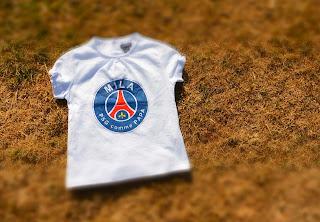 T-shirt prénom personnalisé blanc manches courtes. Motif au pochoir et peinture tissu fait main. thème PSG comme papa et prénom