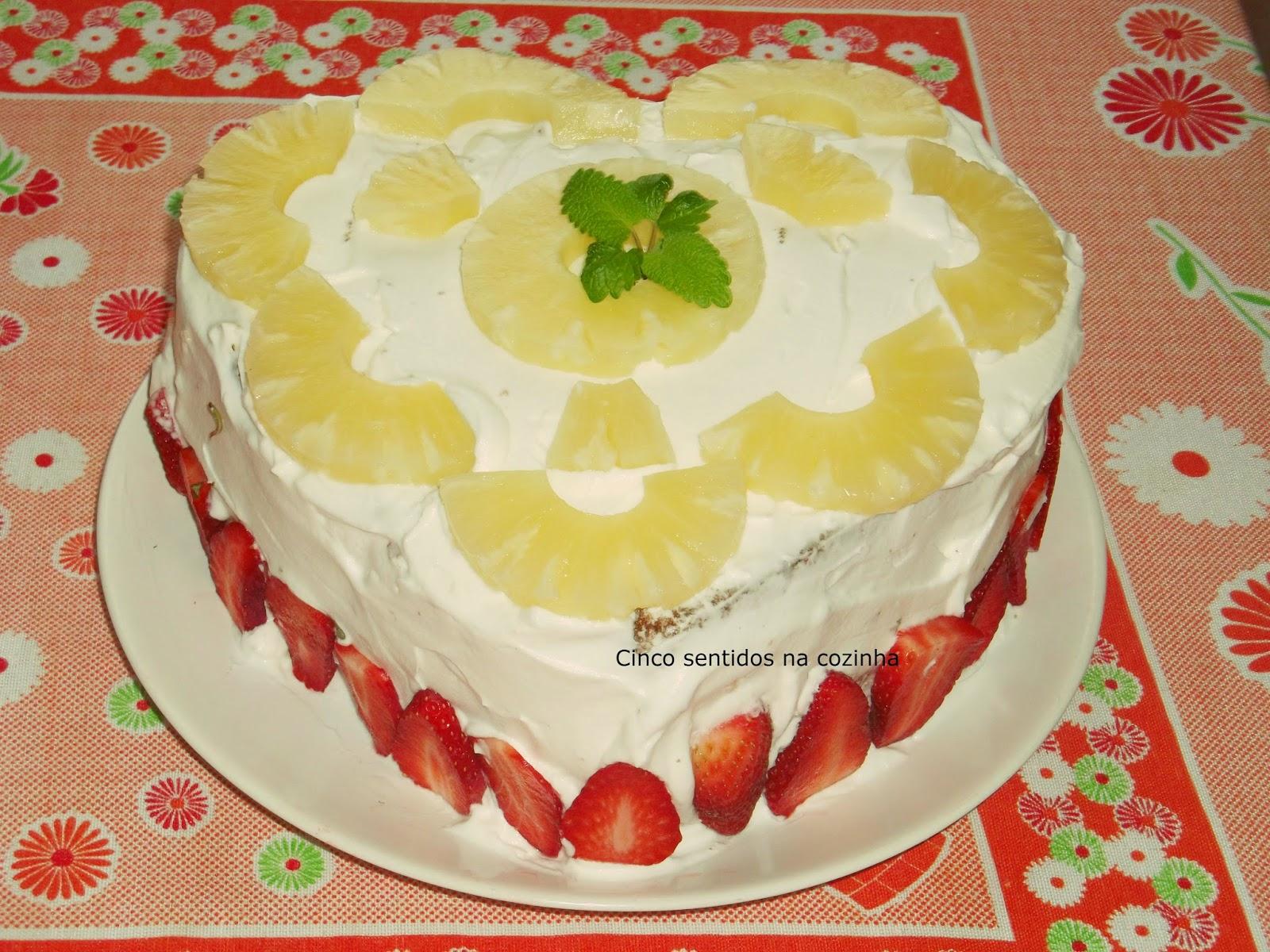 Bolo de aniversário- Pão de ló com chantily e ananás