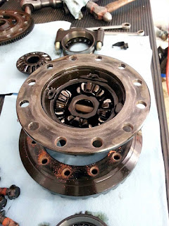 Inside the Suzuki Sidekick's differential before the locker.