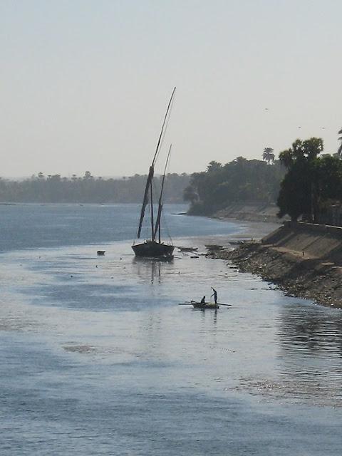 Beautiful-Egyptian-Felluca-and-Fishermen-Picture-Nile-Cruise-Egypt-2008-Sealiberty-Cruising