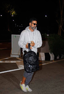 Akshay Kumar Snapped at Mumbai Airport Last Night While Leaving For Shoot of Singh