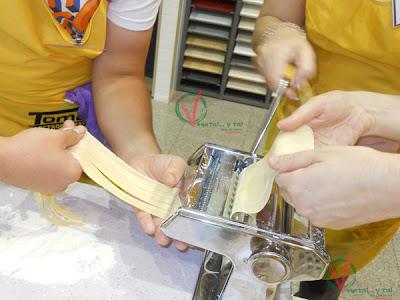 Manejando la máquina de hacer pasta casera.