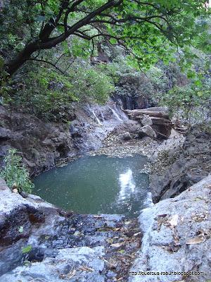 Cascadas de aguas termales después de la fosa
