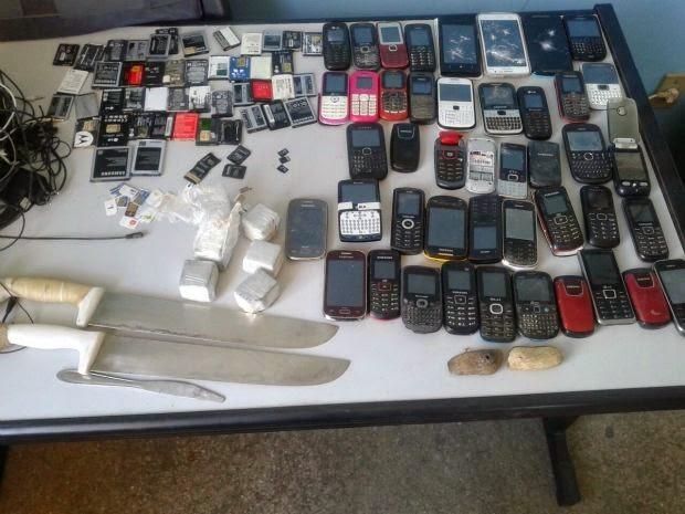 45 celulares, quatro chips, 47 baterias, 35 carregadores de celular, 320 gramas de maconha, dois cachimbos e três facas do tipo peixeira foram encontrados no Conjunto Penal de Jequié.(Foto: Divulgação/Polícia Militar)