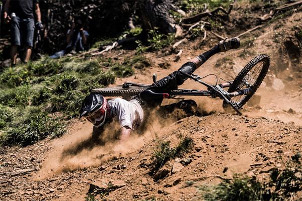 2015 Lenzerheide UCI World Cup Downhill: Practice Highlights Crash