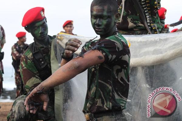 Seorang anggota Pasukan Khusus memeragakan keahliannya menangani Kalajengking